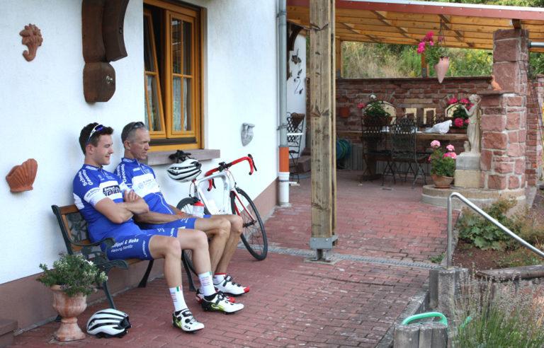 Radfahrer auf Bank