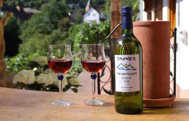 Weingläser und Flasch auf Tisch