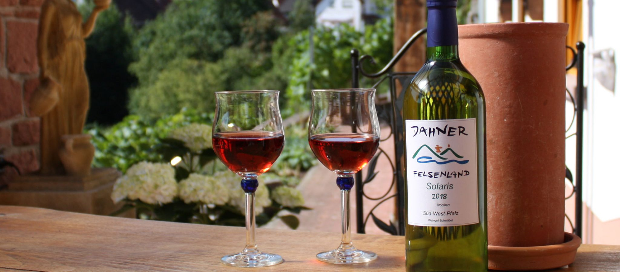Terrasse mit Weingläsern