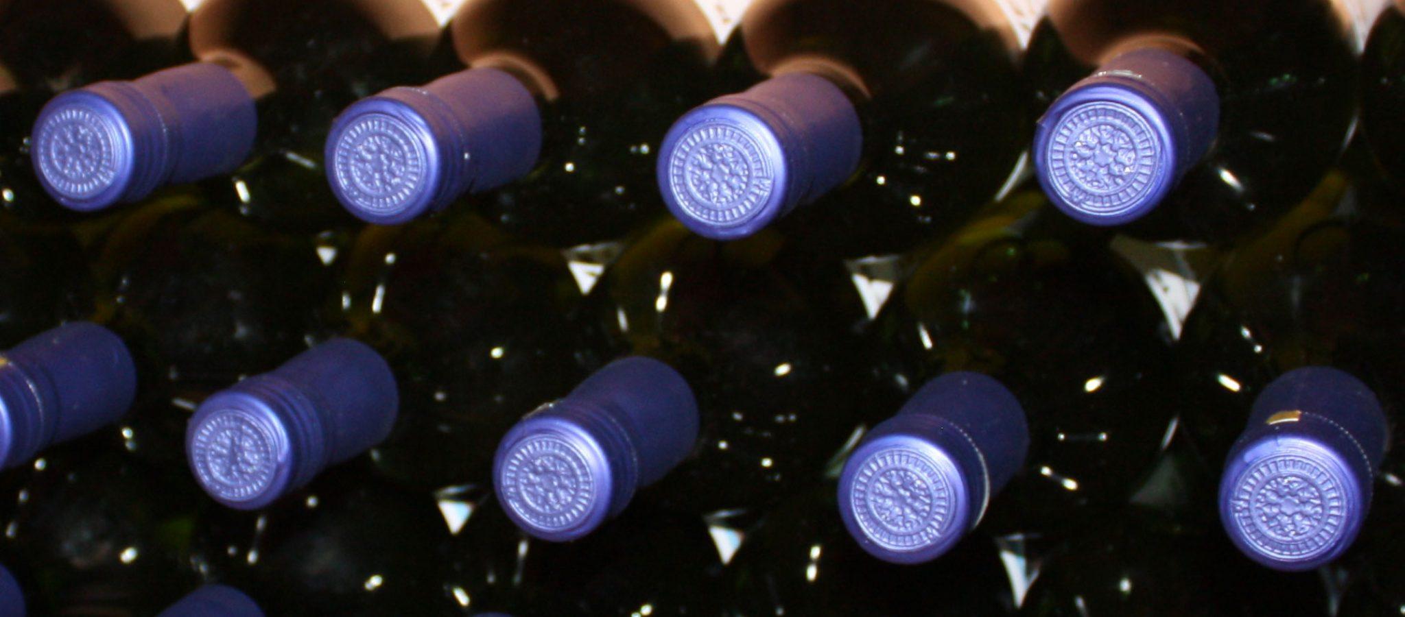 Weinflaschen in Weinregal