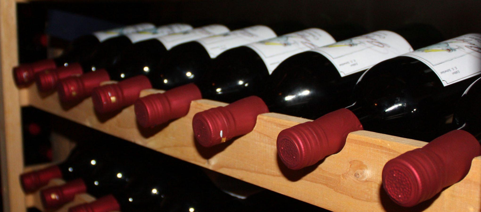 Weinflaschen im Weinregal