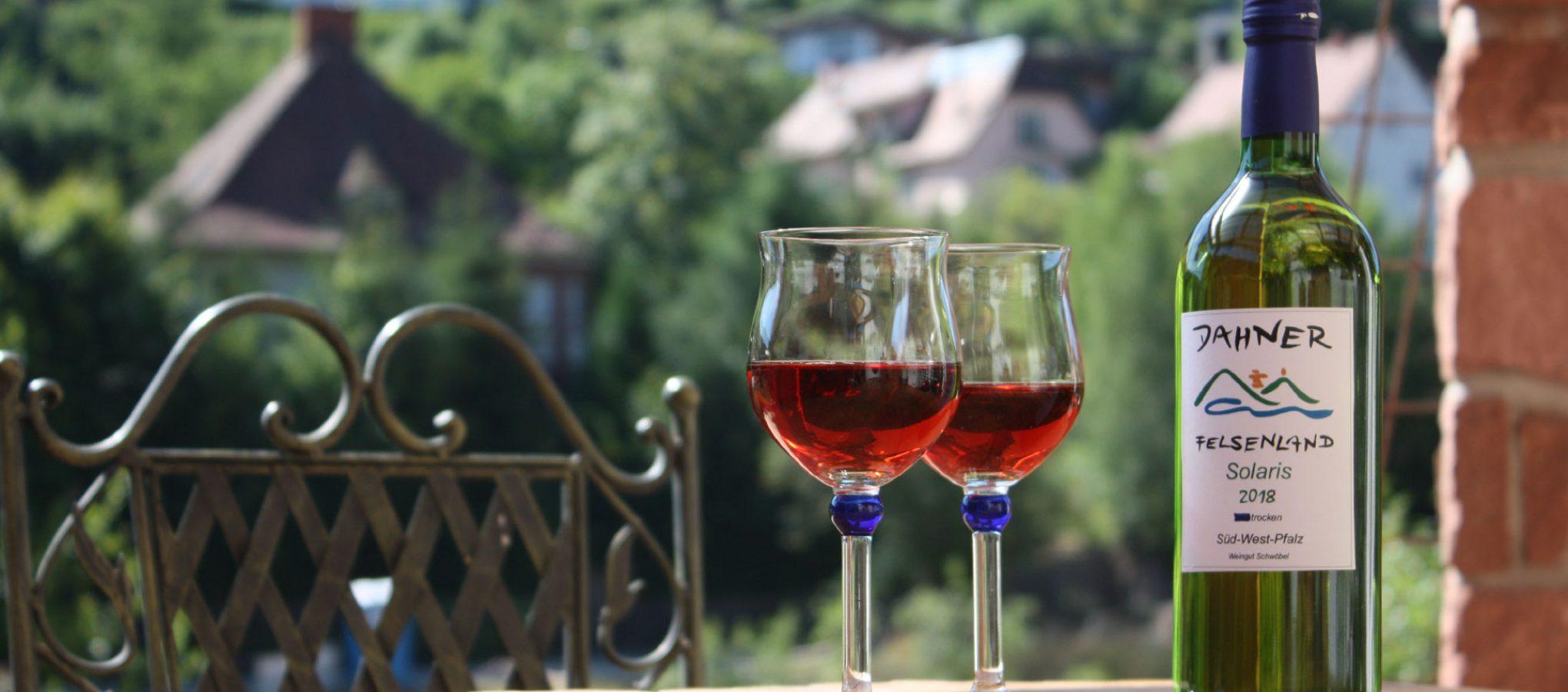 Weingläser mit Rotwein